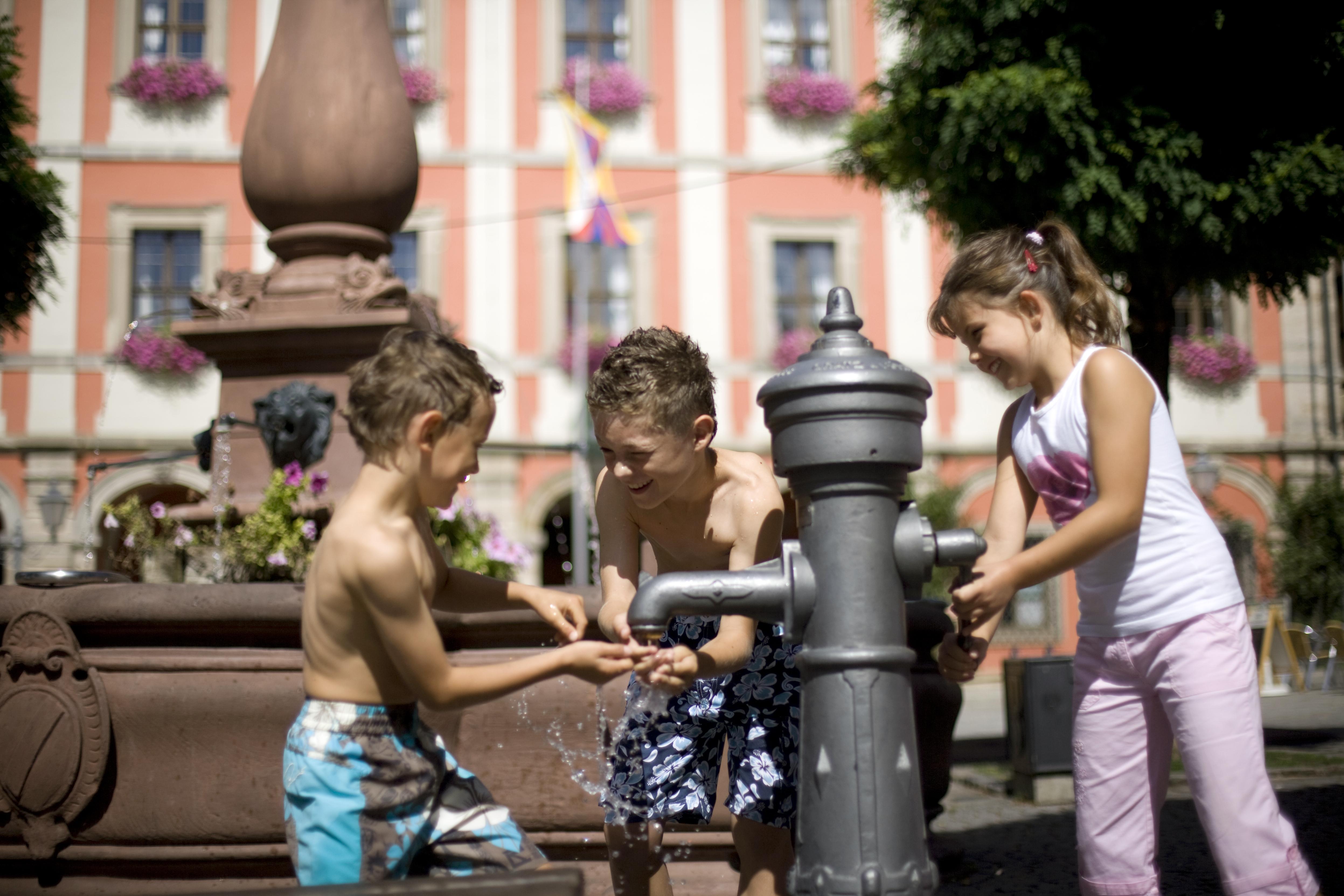» Mediacenter-Datenarchiv » Bilder_Wasser » Kinder_Marktplatz_Wasser.jpg