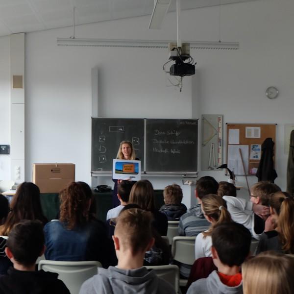 » Mediacenter-Datenarchiv » Events » Umweltunterricht am FAG 000_600_Projektleiterin_Doris_Schäfer.jpg